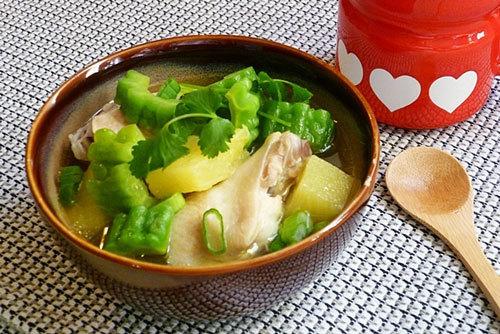 Vị ngọt của gà, chút chua của dứa cùng vị đắng của khổ qua hòa quyện và cân bằng mang đến cho món canh hương vị riêng và ngon miệng.