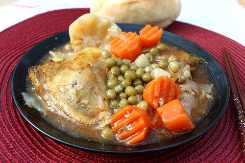 Vị ngọt tự nhiên của thịt gà được nấu với cà rốt, khoai tây và đậu Hà Lan ăn bùi bùi, ăn kèm với bánh mỳ hay cơm đều ngon.