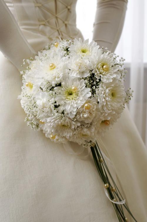 Cúc trắng tưởng chừng như không thể sử dụng trong đám cưới, nhưng nếu thêm các hạt ngọc trai hồng, cô dâu sẽ có một bó hoa cưới đẹp ấn tượng.