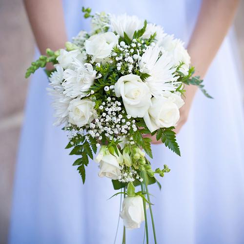 Những đóa hoa màu trắng tượng trưng cho sự trong trắng, thuần khiết của cô dâu.