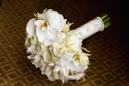 Với những cô dâu ưa thích sự sang trọng và muốn có một bó hoa bền thì hoa lan là lựa chọn hoàn hảo.