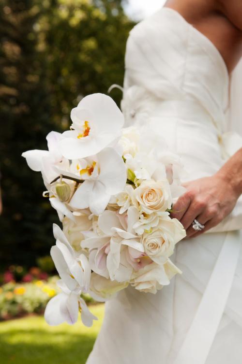 Cánh hoa lan cứng cáp, tươi lâu trong nhiều tiếng đồng hồ, ngoài ra, lan trắng cũng có thể kết hợp cùng hoa hồng để thêm phần mềm mại.