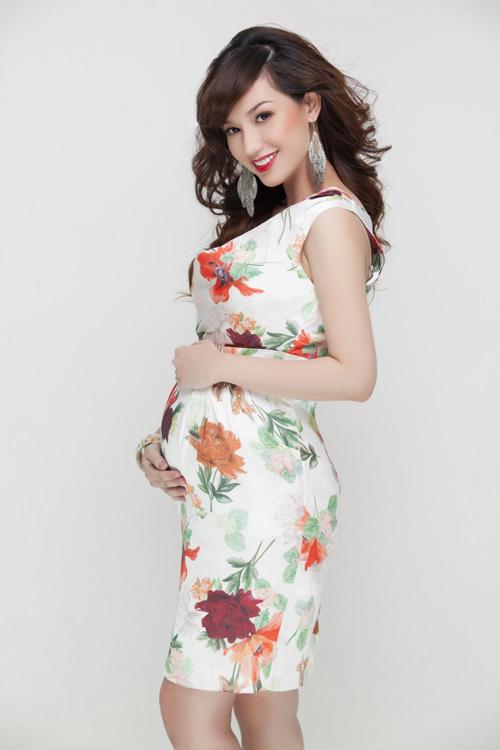 Hiện tại, Quỳnh Chi mang thai ở tháng thứ sáu. Nhưng khi được mời thực hiện bộ ảnh này, cô chỉ mới có bầu 5 tháng.