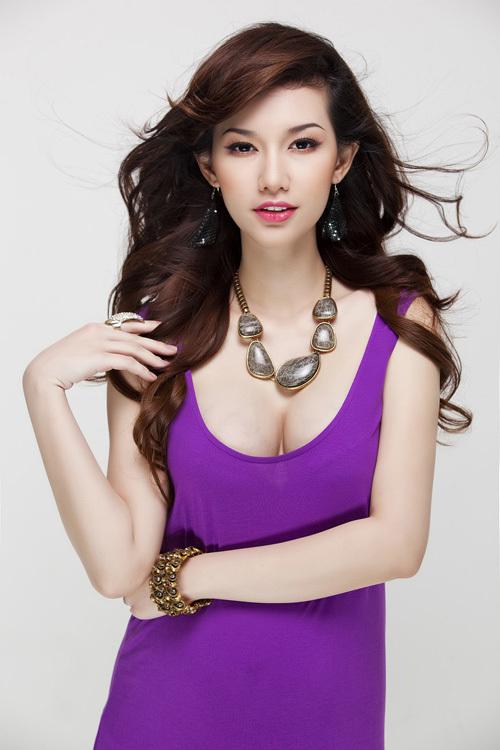 Ê kíp thực hiện bộ ảnh gồm stylist Đông Phong và make-up Tuyết Nhi rất hài lòng về phong cách làm việc chuyên nghiệp của Quỳnh Chi.