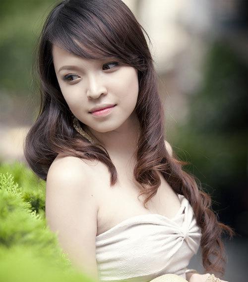 Nguyễn Ngọc Diệu Linh sinh năm 1990, cao 1m62, nặng 49 kg.