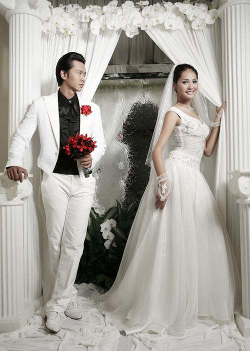 Hoa cầm tay của cô dâu và hoa cài áo của chú rể được kết từ những bông lan đỏ rực rỡ, ton sur ton.