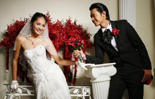 Qua bộ ảnh, cô và người mẫu Đức Vĩnh muốn thể hiện niềm vui hạnh phúc của những đôi uyên ương sắp cưới.
