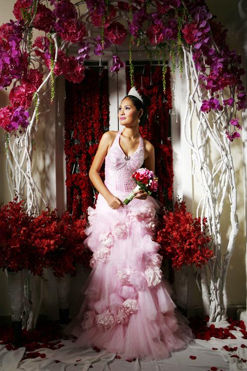 Không chỉ sử dụng tông màu nóng trong hoa cầm tay mà những trụ hoa, cổng hoa trang trí tiệc cưới cũng được kết từ những đóa lan hồng, lan đỏ.