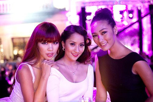 Cuối tuần qua, siêu mẫu Hà Anh, nữ kiện tướng dance sport Khánh Thi và Quán quân Nextr Top 2010 Huyền Trang đã có mặt tại Thượng Hải để tham gia sự kiện đặc biệt với tư cách là khách mời danh dự.