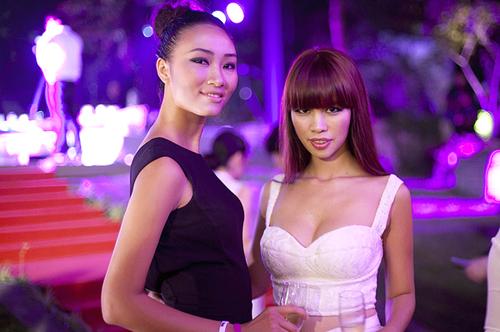 Riêng Huyền Trang và Hà Anh lại diện trang phục của nhà thiết kế Kelly Bùi, một người bạn thân thiết của cả hai.