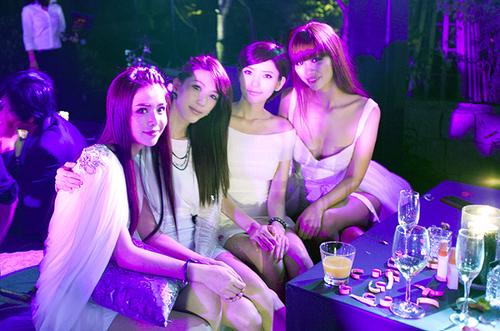 Siêu mẫu Việt không kém phần lộng lẫy và quyến rũ bên cạnh ba thành viên của nhóm nhạc Đài Loan DreamGirls.