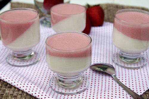 Những cốc thạch màu trắng sữa và hồng dâu tây ngon mắt, mát ruột sẽ là món quà thú vị cho người thân trong ngày hè.