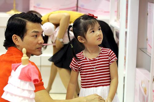 Mỗi khi có thời gian rảnh, vợ chồng Trần Bảo Sơn luôn tranh thủ đưa Bảo Tiên đi chơi và mua sắm thêm đồ chơi.