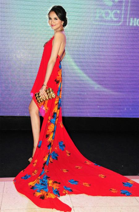 Hoa hậu Diễm Hương khoe làn da trắng nõn nà cùng đôi chân dài miên man khi diện váy đỏ rực.