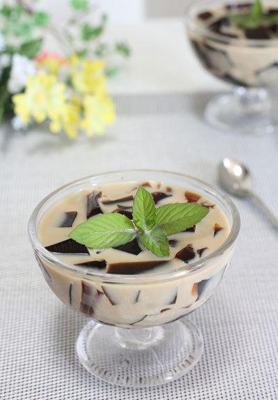 Tự làm một cốc sữa thạch cà phê ngon ngon mát lạnh như ngoài hàng cực đơn giản.