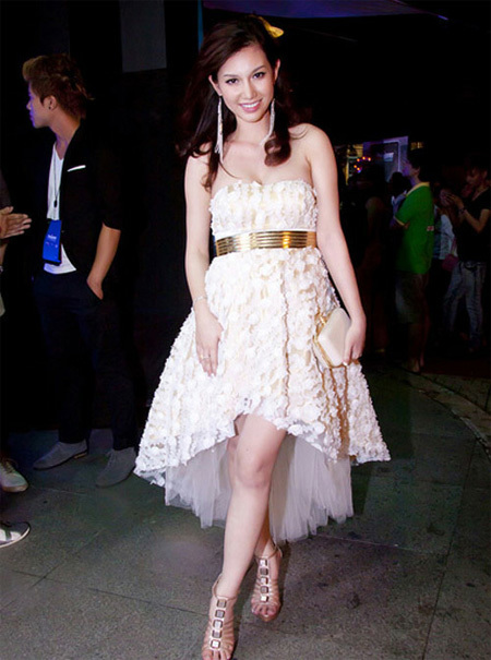 Dù đang mang bầu nhưng người đẹp Quỳnh Chi vẫn quên cập nhật mốt mới. Cô diện chiếc váy mullet trắng diêm dúa khi đi dự tiệc.