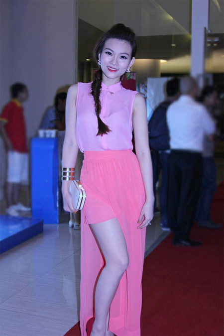 Ca sĩ Thu Thủy thu hút sự chút ý khi diện trang phục màu hồng pastel (màu nhạt).