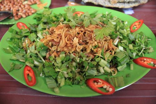 Lươn bằm xúc bánh đa là món ăn bình dị trong đời sống của người nông dân nơi làng quê.