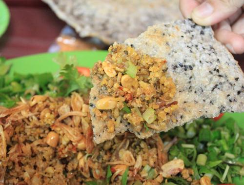 Món ăn là sự pha trộn của nhiều hương vị thơm ngon như sả, ớt, ngò gai, ngò om...