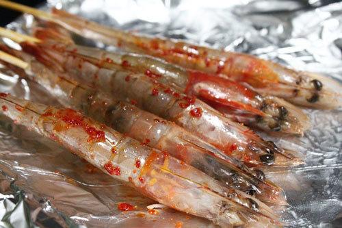 Tôm tẩm muối ớt, xiên que tre nướng.