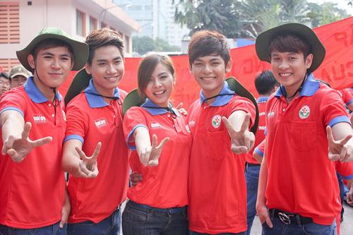 Vào sáng thứ 7 ngày 9/6 Vân Trang và V.Music đã có một ngày hoạt động vô cùng ý nghĩa và bổ ích. Ngay từ 6h sáng Vân Trang và V.Music đã có mặt tại nhà văn hóa Thanh Niên để tham gia buổi ra quân chiến dịch tình nguyện Hoa Phượng Đỏ của hơn 3.000 các bạn học sinh phổ thông trung học trên địa bàn thành phố Hồ Chí Minh. Với vai trò là những người đồng hành của chiến dịch Hoa Phượng Đỏ, V.Music đã mang đến 2 các khúc Việt Nam ngày mới và Cuộc sống muôn màu