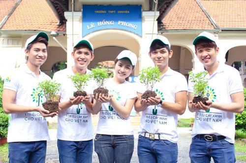 Sau buổi xuất quân với hơn 3000 chiến sĩ tình nguyện Hoa Phượng Đỏ, Vân Trang và V.Music đã cùng với fanclub của V.Music đến tại trường Lê Hồng Phong đã tham gia vào quỹ 1 triệu cây xanh cho Việt Nam.