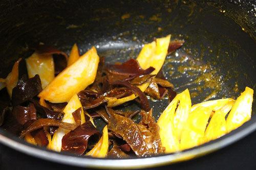 Xào hành tây, mộc nhĩ với dầu ăn và dầu điều tạo mầu cho đẹp.