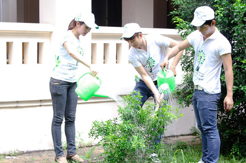 Vân Trang, Ngọc Khanh và Sơn Ngọc Minh cùng tưới cây mà họ vừa trồng được.