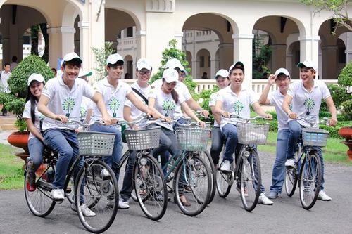 Không chỉ trồng cây xanh, V.Music và Vân Trang còn vận động các bạn fan của mình sử dụng phương tiện xe đạp trong ngày thứ 7 để bảo vệ môi trường nhiền hơn nửa. Và chính 4 thành viên V.Music cùng Vân Trang đích thân đạp xe cùng các bạn để cổ cổ vũ cho chiến dịch thiết thực này.