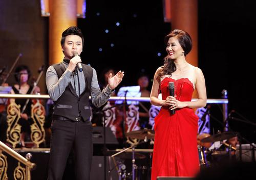 Vì nam MC của liveshow là NSƯT Chánh Tín chưa kịp đến địa điểm diễn, ca sĩ Phan Anh đành ra thay thế và dẫn chuyện cùng Kỳ Duyên.