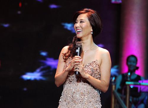 Sự tham gia của MC hải ngoại trong liveshow tối qua của Chế Linh cũng tạo nên sức thu hút lớn với khán giả thủ đô.