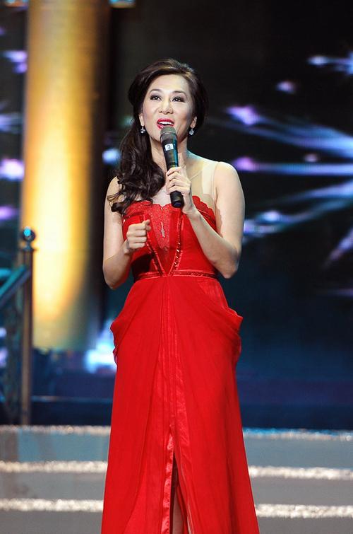 Từng đảm nhận vai trò dẫn chương trình trong tour xuyên Việt của Chế Linh vào năm ngoái, tối qua (9/6), trong ngày tái ngộ của danh ca với khán giả Hà Nội, Kỳ Duyên tiếp tục được giao cho trọng trách làm MC.