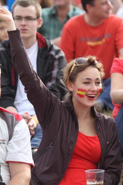 Fan nữ Tây Ban Nha cổ vũ nhiệt tình cho đội nhà.