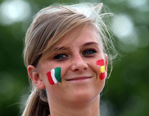 Một cô gái vẽ cờ của Italy và Tây Ban Nha lên hai má trước trận đấu đầu tiên ở bảng C.