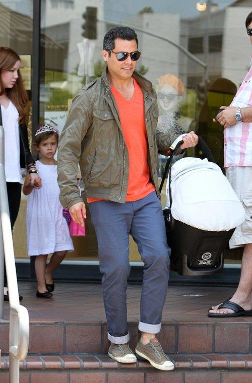 Chồng Jessica Alba, Cash Warren xách nôi bé Haven, 1 tuổi.