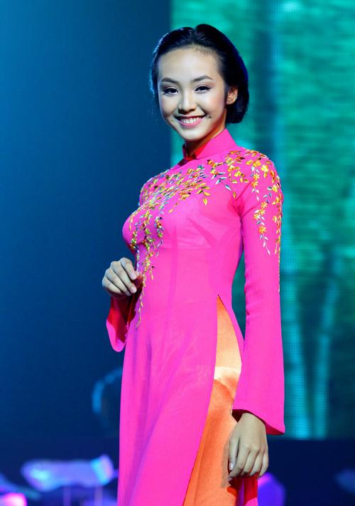 Ngoài Vân Trang, nhiều người mẫu, nghệ sĩ cũng tham gia biểu diễn trong chương trình. Mẫu teen Bảo Trân tươi tắn khoe sắc trong phần giới thiệu bộ sưu tập áo dài của nhà thiết kế Thuận Việt.