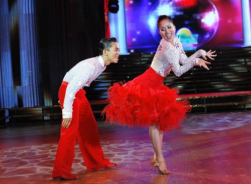 Đôi chân liên tục nhảy theo nhịp của Khánh Thi cùng Phan Hiển
