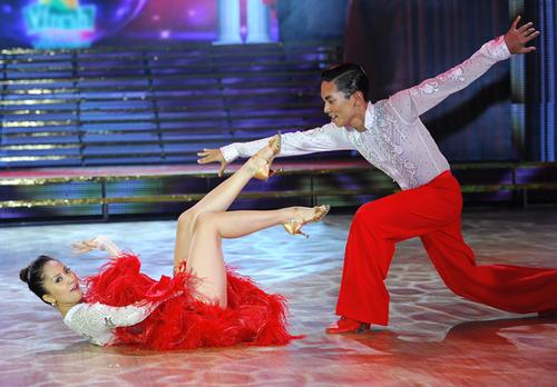 Tuy nhiên ở màn kết, Phan Hiển đã không đỡ nổi Khánh Thi khi nữ giám khảo kẹp chân vào cổ bạn nhảy.