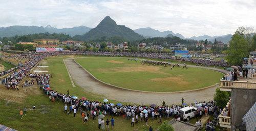 Sân vận động Bắc Hà trong 'vòng vây' của người xem.