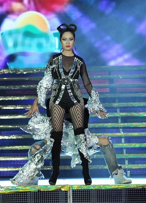 Trong đêm bán kết, diễn viên Thanh Thúy cũng có dịp trở lại sàn diễn sau một năm. Chị và vũ công Alex