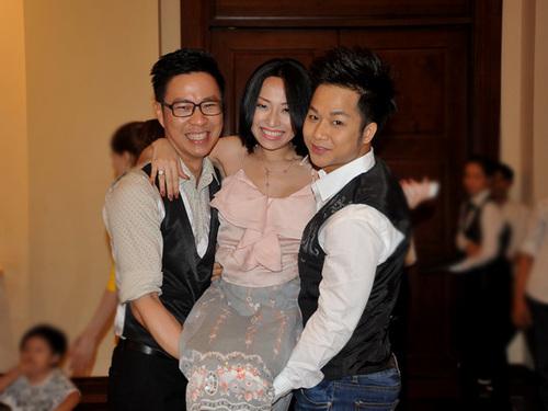 Ca sĩ Như Ý cũng đến dự buổi họp báo chiều qua. Cô được MC Anh Quân và ca sĩ Quách Tuấn Du (phải) nhấc bổng để chụp ảnh.