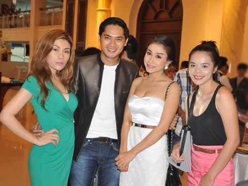 Diễn viên Minh Luân bên ca sĩ Uyên Trang (trái) và hai người đẹp khác.