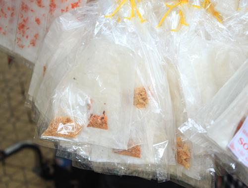 Muối tôm là nguyên liệu chính trong món bánh tráng trộn ưa thích của tuổi học trò.