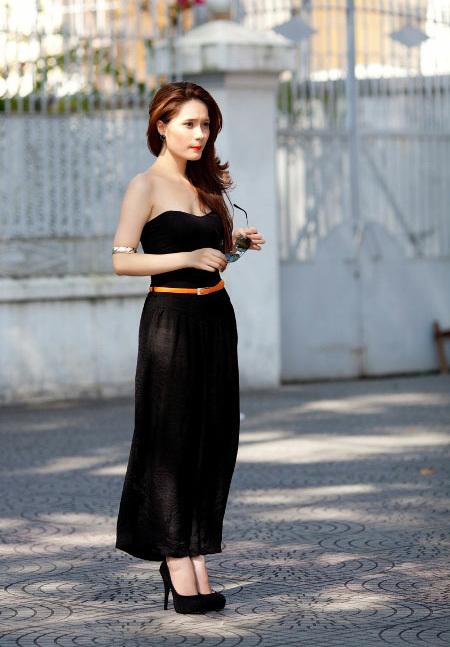 Ca sĩ trẻ Di Băng giản dị nhưng vẫn rất cuốn hút trên phố với bộ jumpsuit đen bằng lụa mềm mại.