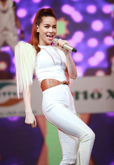 Không uổng danh là ca sĩ có gout ăn mặc sành điệu, Hồ Ngọc Hà khiến người hâm mộ trầm trồ trước bộ jumpsuit trắng với phần tay thiết kế lạ.