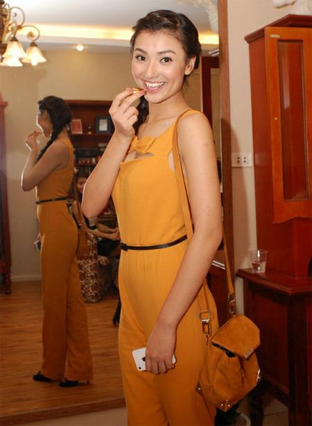 Người mẫu Hồng Quế xinh tươi và đáng yêu với bộ jumpsuit màu vàng, điểm nhấn là chiếc thắt lưng đen ở eo.