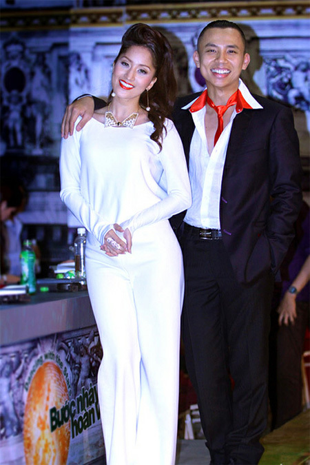 Dạo gần đây, 'nữ hoàng dance sport' Khánh Thi thường xuất hiện trên sân khấu với những bộ đồ không được đẹp mắt. Tuy nhiên, bộ jumpsuit màu trắng tinh khôi này đã giúp cô 'lấy điểm' của khán giả.