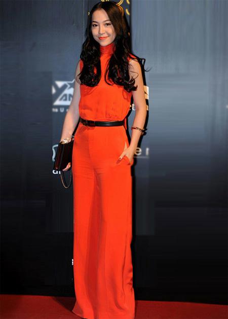 Mỗi lần xuất hiện, diễn viên múa Linh Nga đều khiến những người xung quanh không thể rời mắt khỏi cô bởi phong cách ăn mặc quyến rũ, sang trọng.