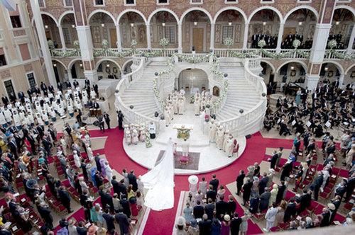 Khu vực tổ chức đám cưới nằm trong sảnh cung điện, với nơi làm lễ cưới là trung tâm, quan khách ngồi thành một vòng tròn phía ngoài và điểm nhấn lớn nhất chính là bậc cầu thang màu trắng lộng lẫy.\
