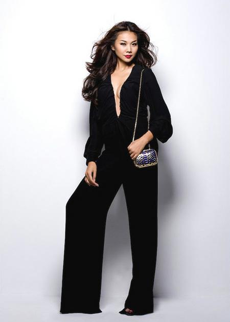 Siêu mẫu Thanh Hằng khoe vòng một gợi cảm và sự quý phái trong bộ jumpsuit đen, khoét cổ sâu.
